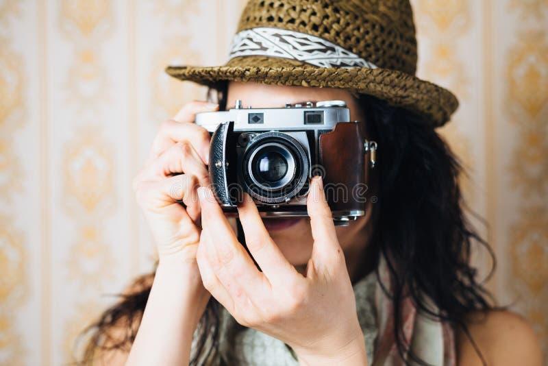 Женский битник принимая фото с ретро камерой стоковая фотография