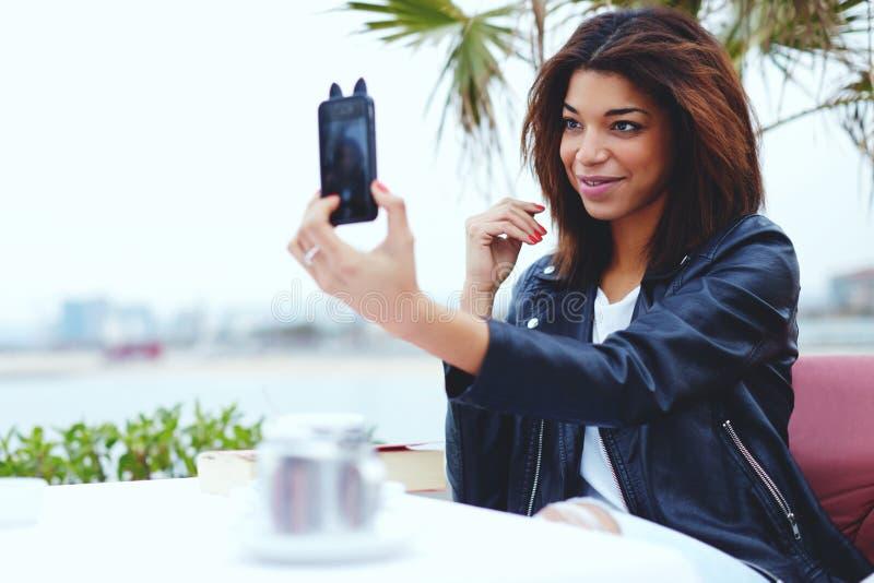 Женский битник фотографируя на smartphone стоковое фото rf