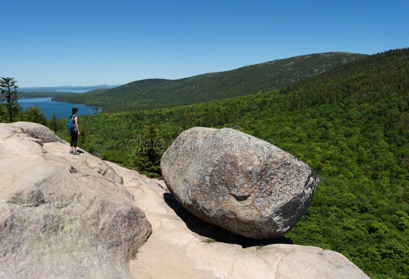 Женский близко утес пузыря в национальном парке Acadia стоковое фото rf