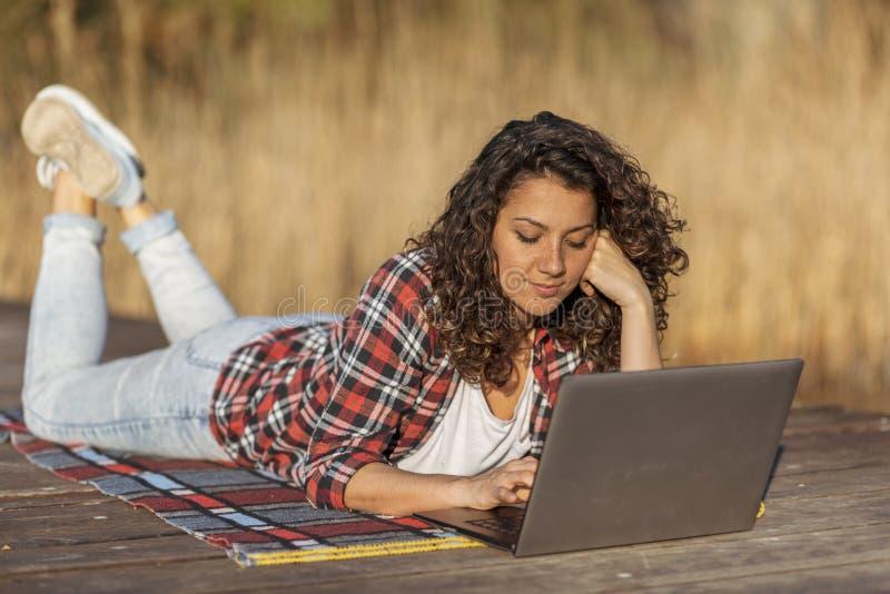 Женский блоггер писать статью в природе стоковое фото