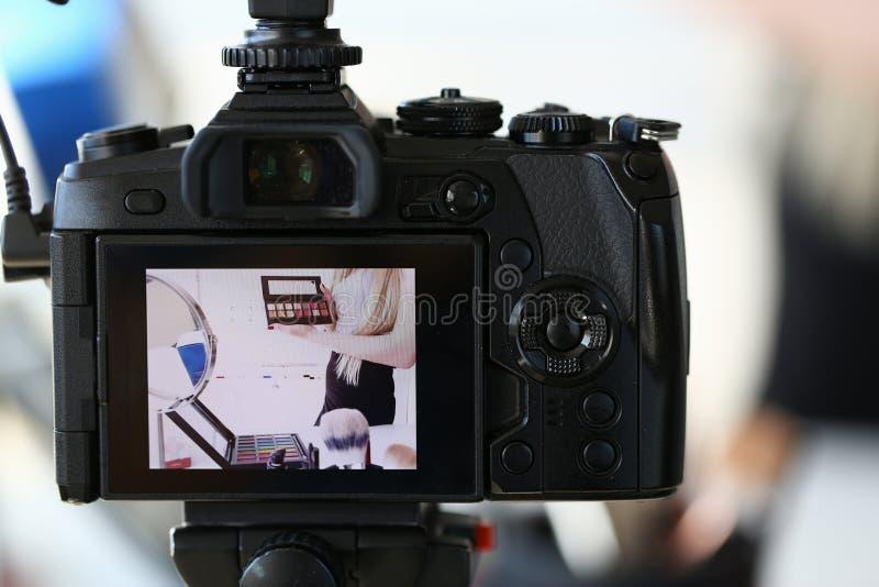 Женский блоггер рекламирует продукт красоты макияжа стоковое фото