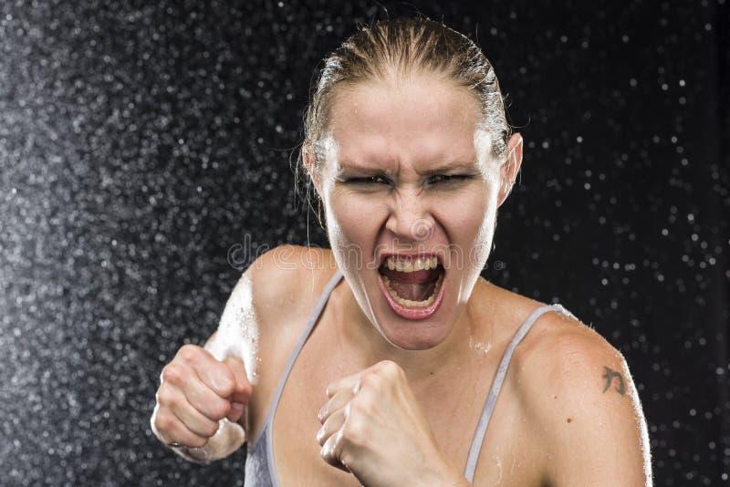 Женский боец крича вне громко на камере стоковое фото