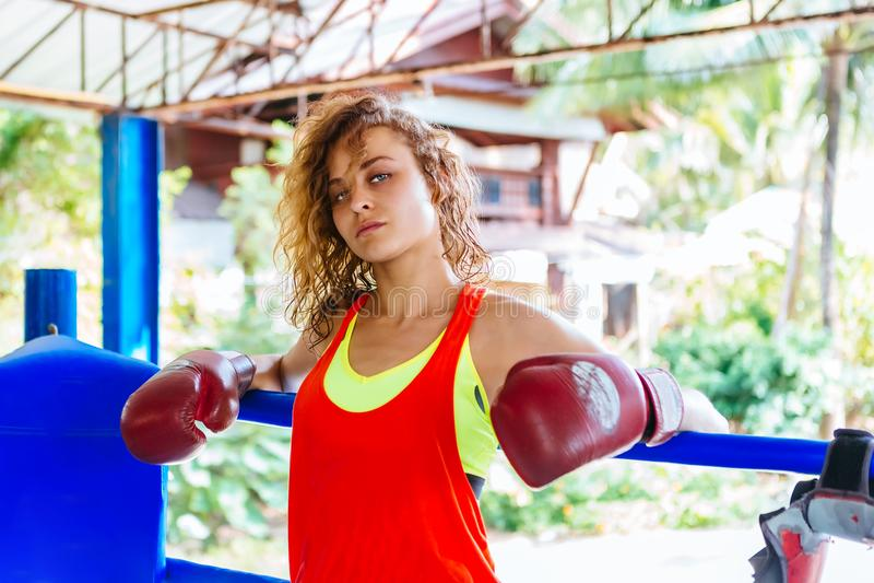 Женский боксер внутри тайского боксерского ринга эмоции angree стоковые изображения
