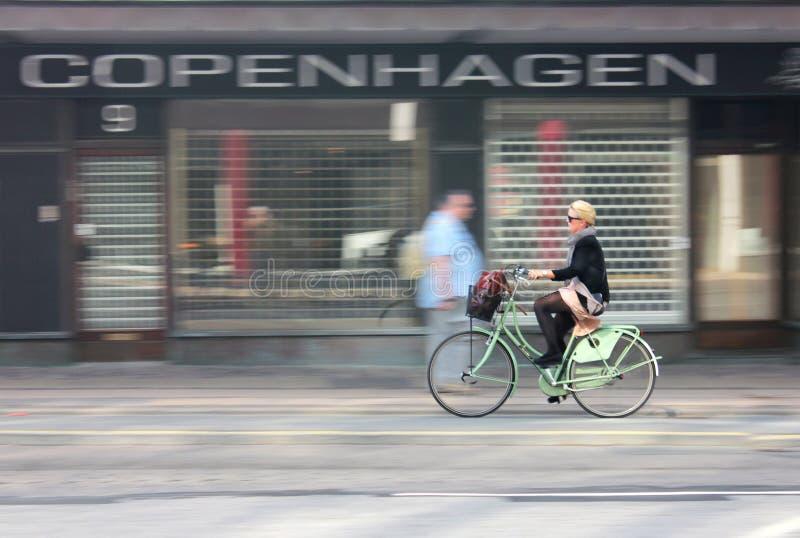 Женский велосипедист стоковое изображение rf