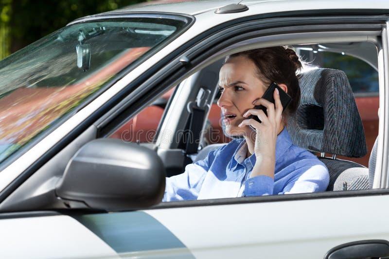 Женский водитель вызывая на мобильном телефоне стоковая фотография rf