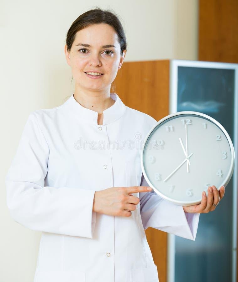 Женский врач напоминая о времени назначения стоковая фотография
