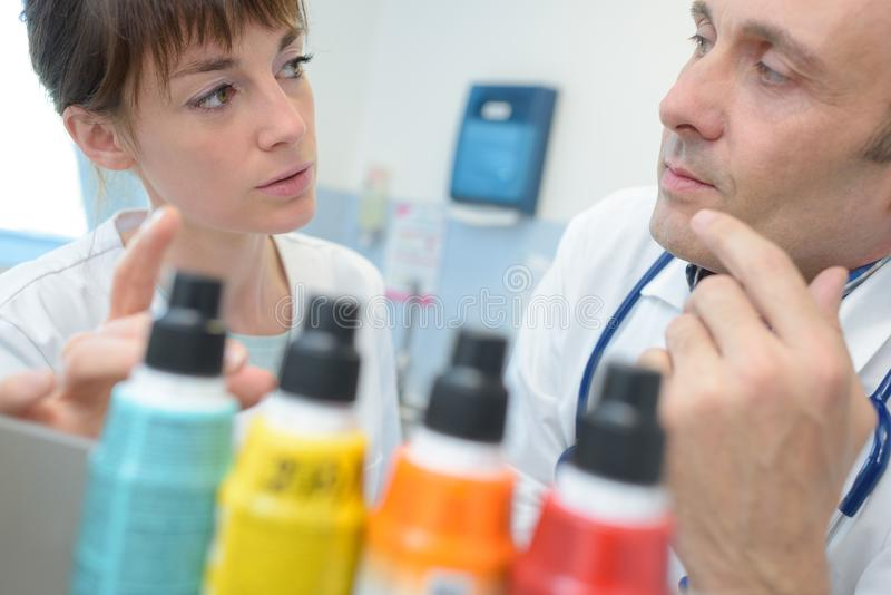 Женский говорить doctoro медсестры и мужчины стоковая фотография rf