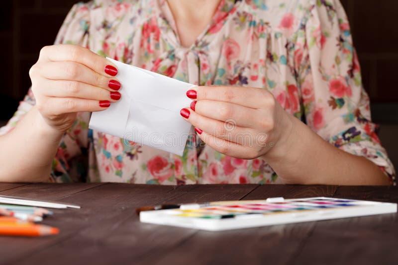 Женский готовый урок к educare делает origami бумажного ремесла стоковое фото