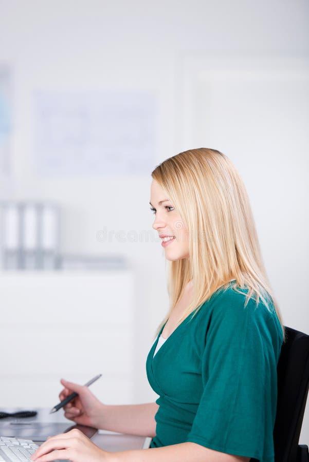 Женский график-дизайнер используя таблетку стоковое изображение