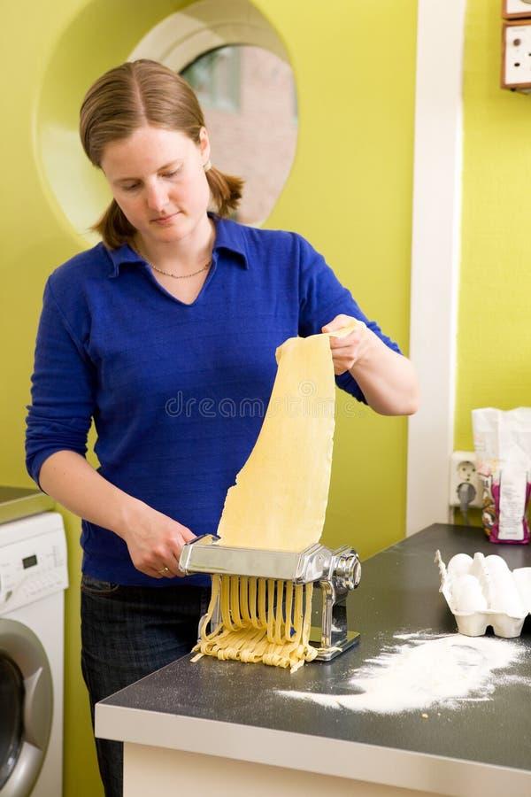 женский делать fettuccine стоковые изображения