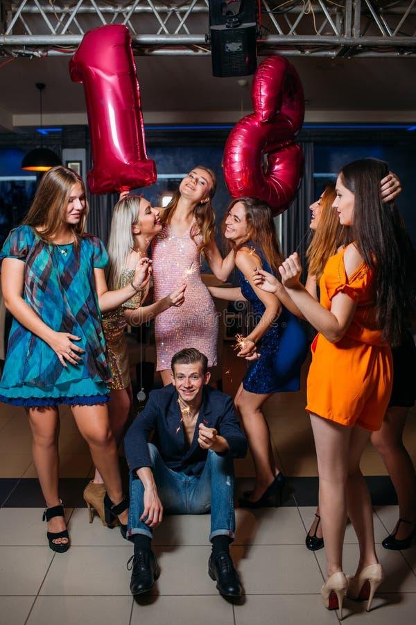Женский день рождения с друзьями Счастливое восемнадцатое стоковые фото