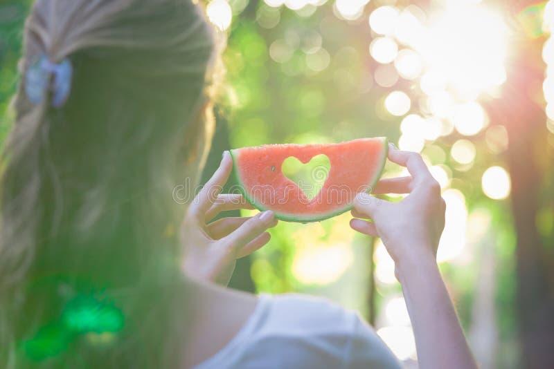 Женский держа арбуз с формой шестка outdoors стоковое фото