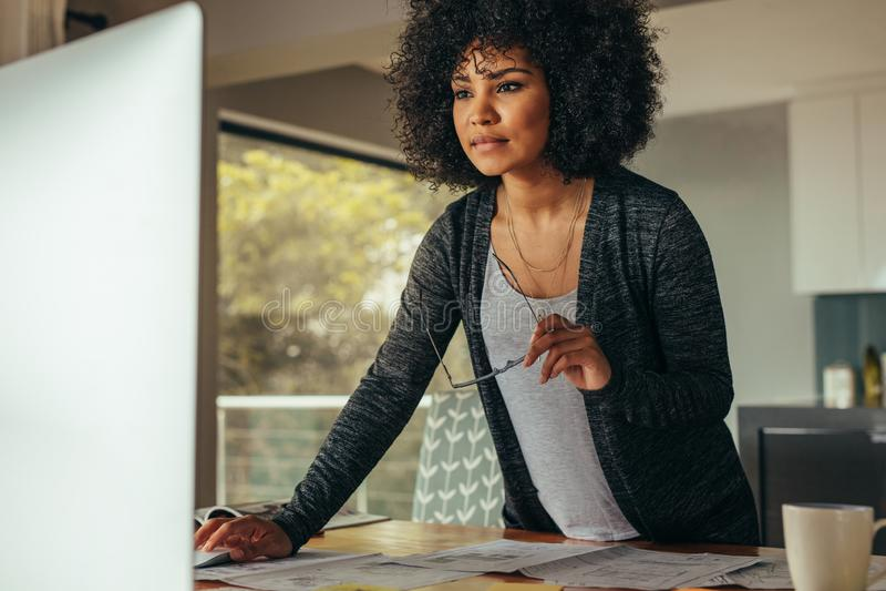 Женский дизайнер по интерьеру работая на компьютере стоковые фото