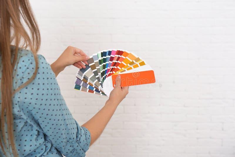 Женский дизайнер по интерьеру с образцом цветовой палитры стоковые изображения rf