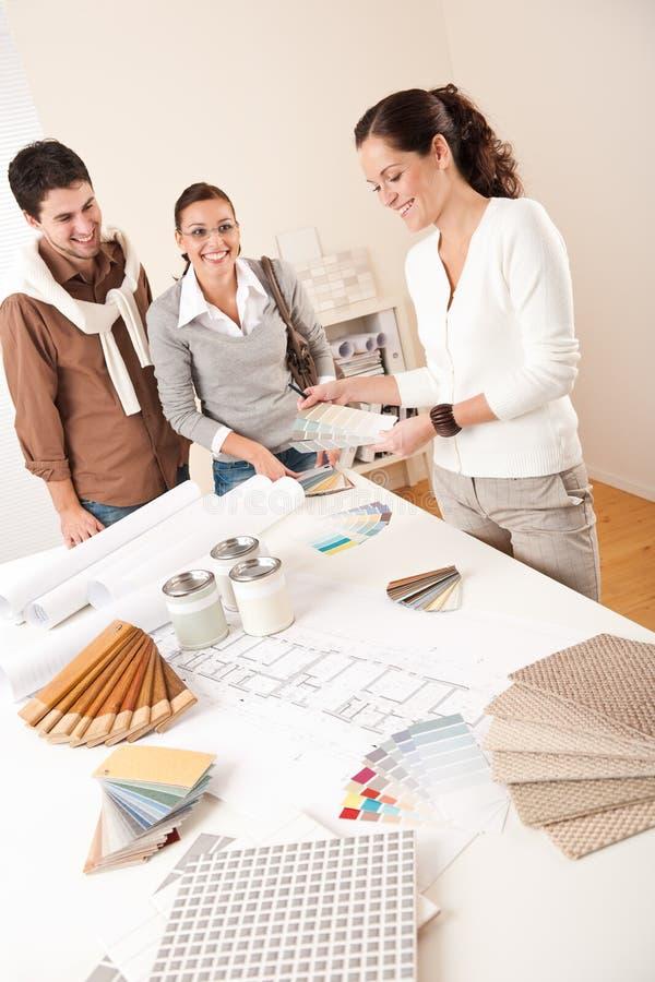 Женский дизайнер по интерьеру с 2 клиентами стоковая фотография rf