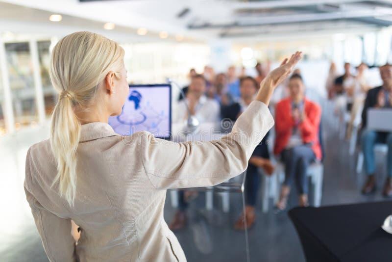 Женский диктор говорит в семинаре дела стоковое изображение