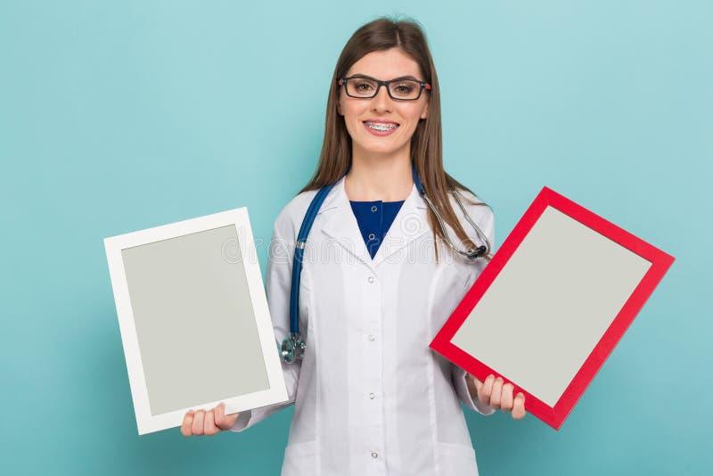 Женский доктор брюнет в стеклах с рамками стоковые изображения