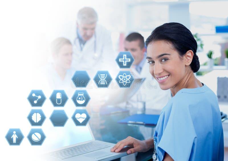 Женский доктор держа таблетку с медицинскими значками шестиугольника интерфейса стоковая фотография