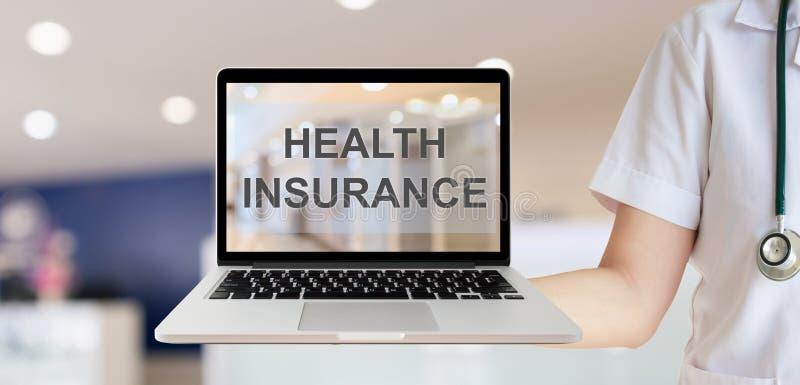 Женский доктор показывая ноутбук с текстом медицинской страховки стоковое фото rf