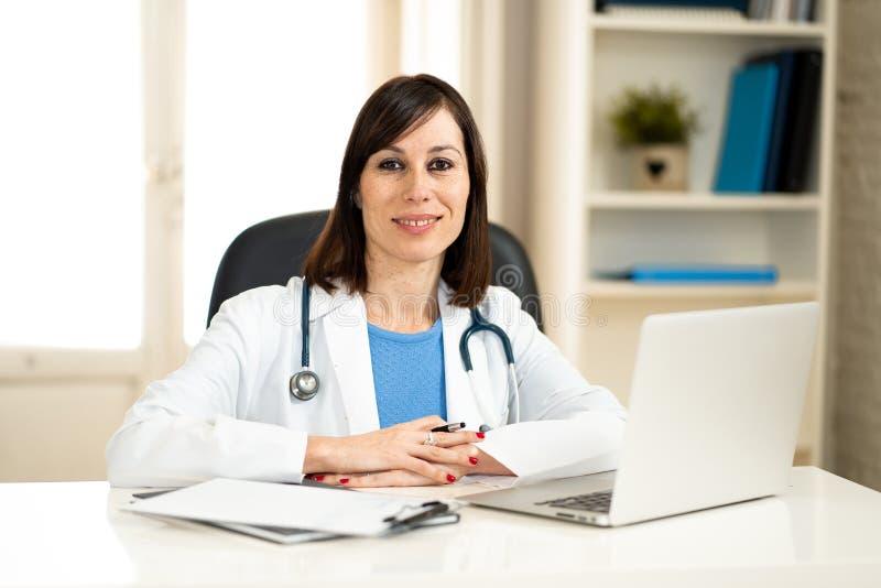 Женский доктор работая на медицинской экспертизе и ища информацию на ноутбуке на офисе больницы стоковое изображение