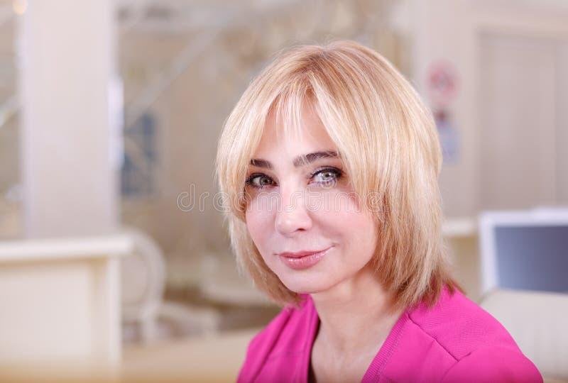 Женский доктор сидя на таблице  стоковое фото