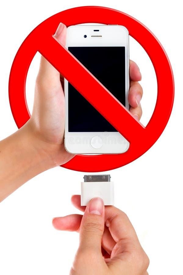 Женский держа заряжатель порта USB соединяется к умному телефону стоковые изображения