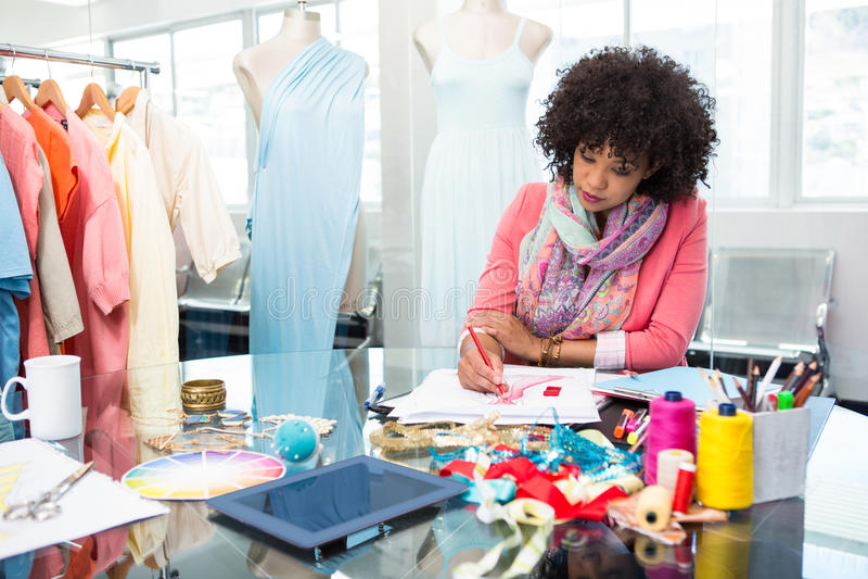 Женский делать эскиз к модельера стоковые фотографии rf