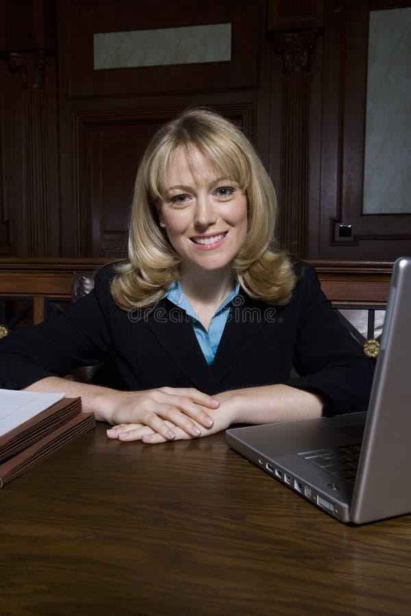 Женский защитник сидя в зале судебных заседаний стоковое фото rf