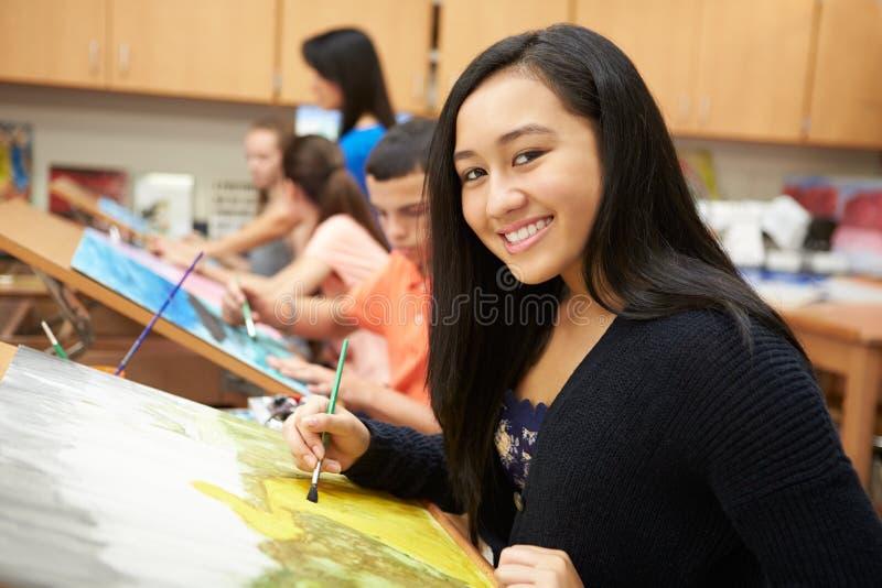 Женский зрачок в художественном классе средней школы стоковая фотография