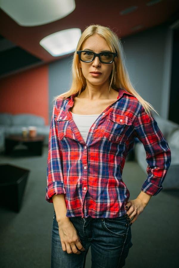 Женский зритель в стеклах 3d, зала кино стоковые изображения rf