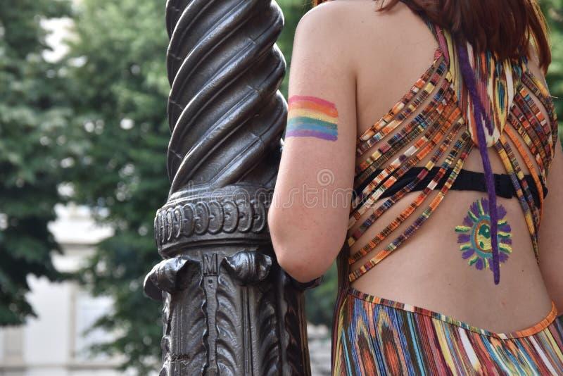 Женский зритель при флаг радуги гомосексуалиста покрашенный на ее руке на параде гей-парада 2018 в Италии стоковые изображения