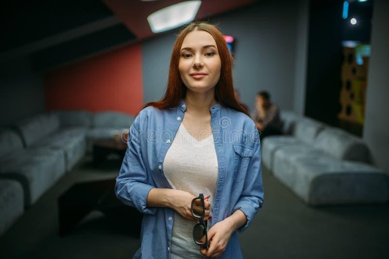 Женский зритель со стеклами 3d представляет в кино стоковые изображения rf