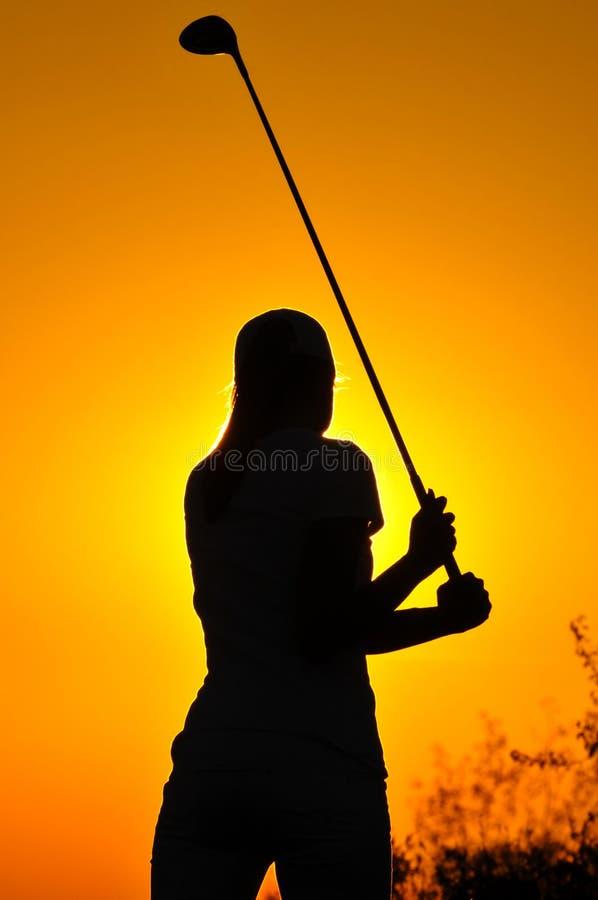 Женский игрок в гольф на восходе солнца стоковые изображения rf