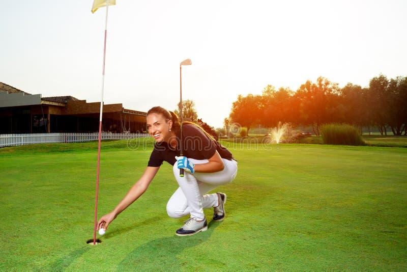 Женский игрок гольфа с гольф-клубом стоковое изображение