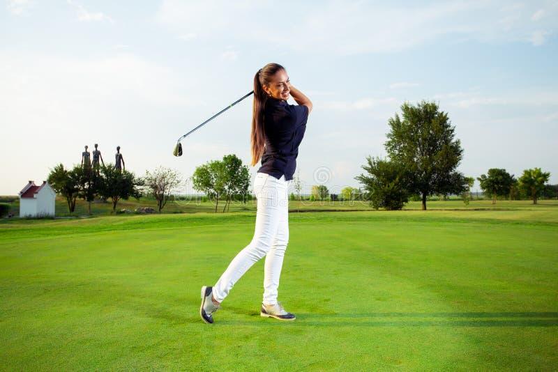 Женский игрок гольфа с гольф-клубом стоковое фото