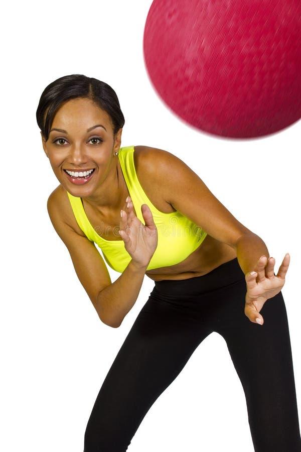 Женский игрок dodgeball стоковая фотография