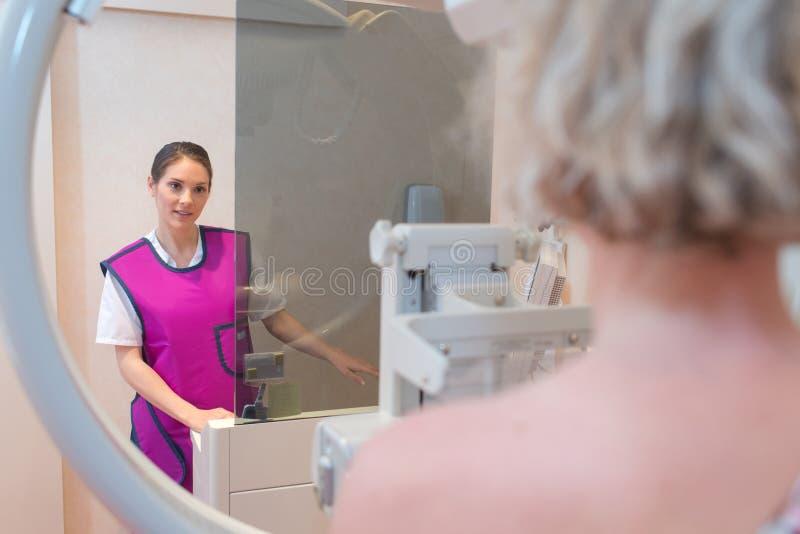 Женский имеющ развертку тела стоковые изображения