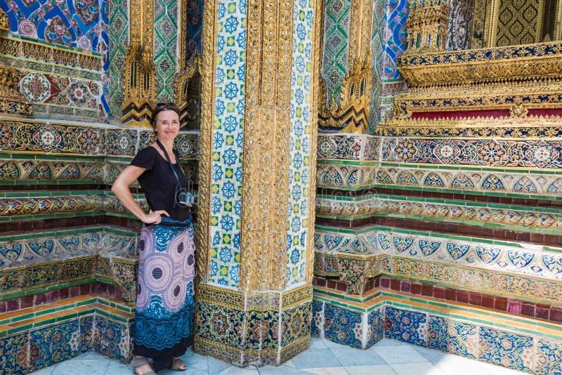 Женский кавказский турист на большом дворце, Бангкоке стоковое фото