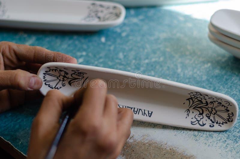 Женский керамический художник стоковое фото