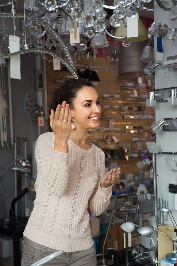 Женский клиент покупая внутренние света для дома стоковые изображения