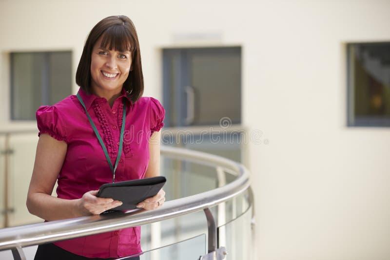 Женский консультант используя таблетку цифров в больнице стоковое фото
