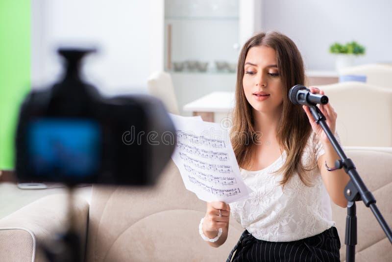 Женский красивый блоггер поя дома стоковое изображение