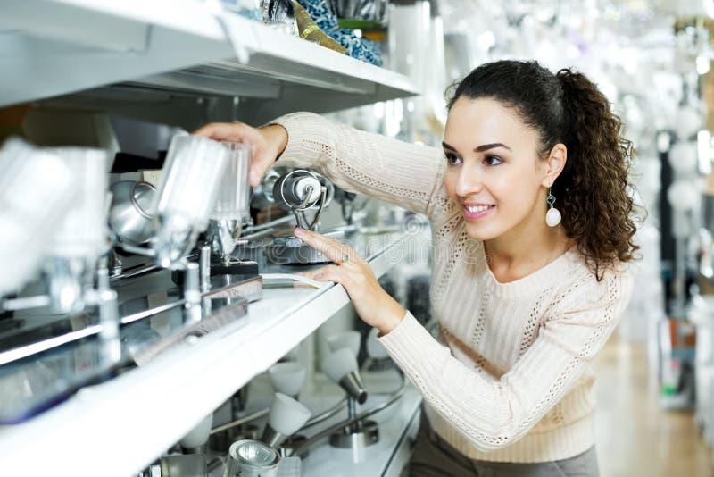 Женский клиент покупая внутренние света для дома стоковые фотографии rf