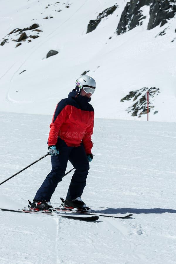 Женский лыжник в покатом наклоне Деятельность при спорта зимы рекреационная стоковая фотография rf