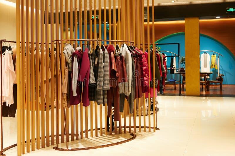 Женский магазин моды крытый стоковое изображение