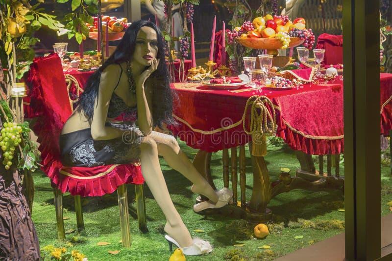 Женский манекен в роскошном интерьере в магазине стоковое фото