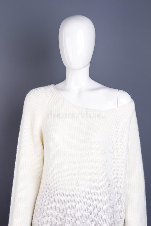 Женский манекен в свитере связанном белизной стоковое изображение