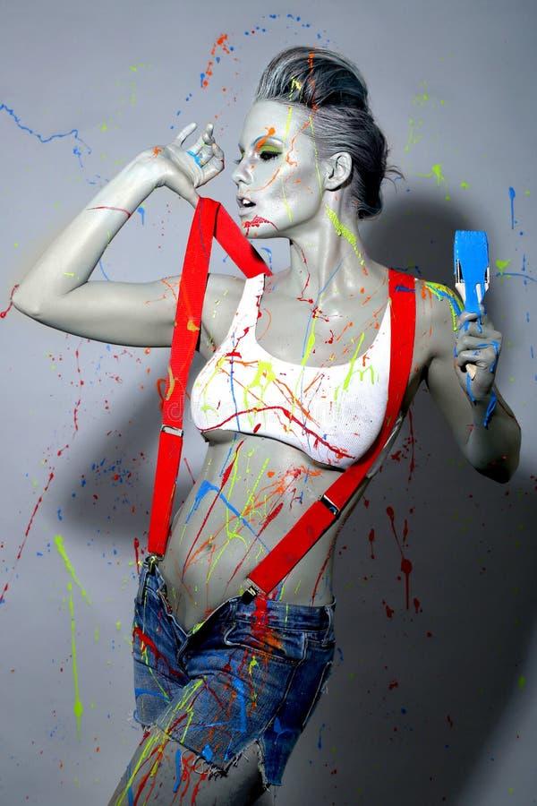 Женский маляр Splattered с краской латекса стоковая фотография rf