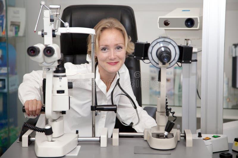 женский медицинский профессионал стоковые фотографии rf