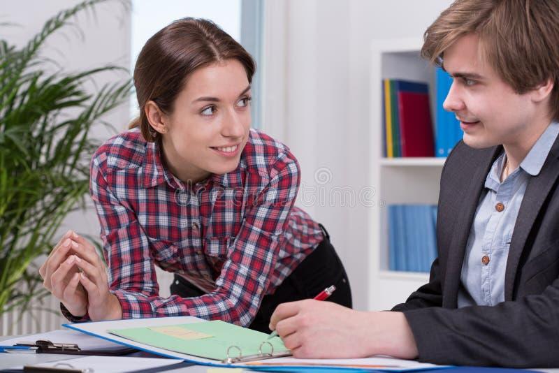 Женский менеджер говоря к работнику стоковые изображения rf